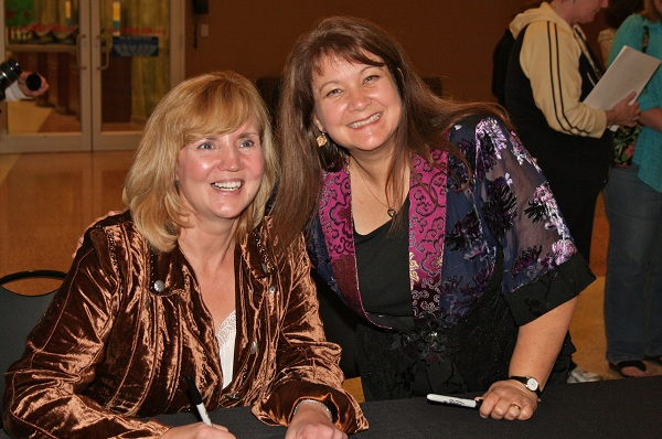 2009-kansas-city-symphony-anne-and-diane-signing-autographs-photo-by-pat-hier
